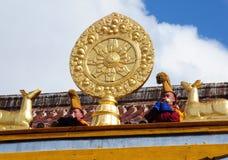 Junge buddhistische Mönche, die das Tritonshorn durchbrennen Lizenzfreie Stockfotos