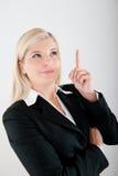 Junge busines Frau in einer Klage, die eine Idee hat Lizenzfreie Stockfotografie