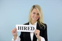 Junge busineswoman Holding angestelltes Zeichen Lizenzfreies Stockfoto