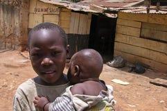 Junge carying seinen kleinen Bruder Lizenzfreie Stockfotos