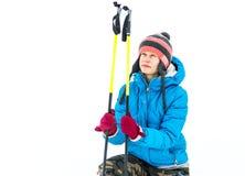 Junge caucaisan Frau mit Skiausrüstung draußen lizenzfreies stockbild