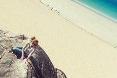 Junge Caucassian-Frau auf einem weißen sandigen Strand in Luskentyre, Insel von Harris, Schottland Stockbilder