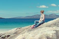 Junge Caucassian-Frau auf einem weißen sandigen Strand in Luskentyre, Insel von Harris, Schottland Lizenzfreie Stockfotografie