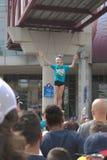 Junge Cheerleader aufregende Menge Stockbild