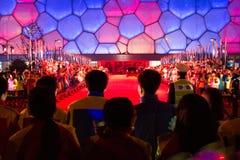 Junge Chinesen begrüßen APEC-Führer nach ihrer Ankunft in der nationale Schwimmen-Mitte Chinas Stockbild