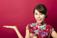 Junge chinesische Frau mit dem Zeigen von Geste Stockfoto