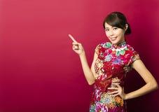 Junge chinesische Frau mit dem Zeigen von Geste Stockfotos