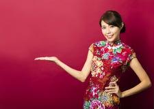 Junge chinesische Frau mit dem Zeigen von Geste Lizenzfreies Stockfoto