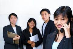 Junge chinesische Geschäftsfrau, die auf Handy spricht Lizenzfreie Stockfotos