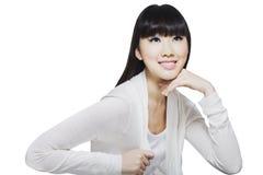 Junge chinesische Schönheit, die aufwärts schaut Stockfotografie