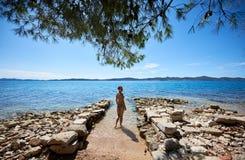 Junge dünne attraktive suntanned lächelnde Frau in der Schwimmenreihe, die in Meerwasser kommt Stockbilder
