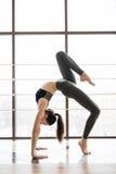 Junge dünne blonde Frau in der Yogaklasse, die schönes asana macht, trainiert Gesunder Lebensstil im Fitness-Club ausdehnen Stockfoto