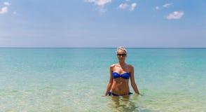 Junge dünne blonde Schwimmen im Meer Stockbild