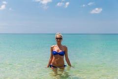 Junge dünne blonde Schwimmen im Meer Lizenzfreies Stockbild