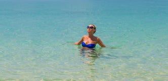 Junge dünne blonde Schwimmen im Meer Stockfotos