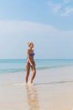 Junge dünne blonde Schwimmen im Meer Lizenzfreie Stockfotos