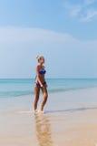 Junge dünne blonde Schwimmen im Meer Stockfotografie