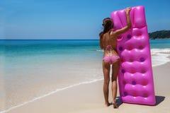 Junge dünne Brunettefrau in der Sonnenbrille nehmen auf tropischem bea ein Sonnenbad lizenzfreie stockfotos