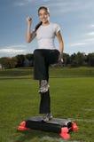 Junge dünne Frau, die draußen trainiert Stockfotos