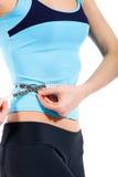 Junge dünne Frau, die ihren Magen misst Lizenzfreies Stockfoto