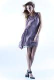 Junge dünne Frau in flatterndem Kleid lizenzfreies stockfoto