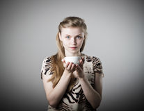 Junge dünne Frau hält einen Becher Stockbild