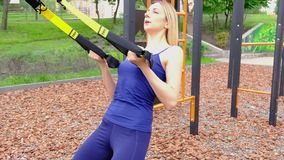 Junge dünne Frau mit dem blonden Haar, welches das Training im Freien im Park, Zeitlupe tut stock footage
