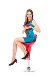 Junge dünne hübsche Frau in der blauen Kleideraufstellung Stockfoto