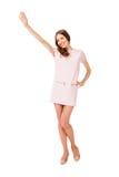 Junge dünne hübsche Frau in der rosa Kleideraufstellung Stockfotografie