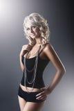 Junge dünne reizvolle Frau im schwarzen festen Kleid Stockfotografie