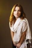 Junge Dame auf Braun Lizenzfreie Stockfotografie