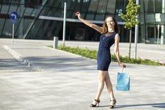 Junge Dame auf der Straße nach dem Einkauf Lizenzfreies Stockbild