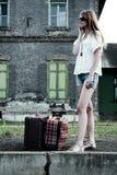 Junge Dame auf einem alten Bahnhof Stockfotos