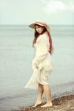 Junge Dame der Weinlese am Strand Stockfoto