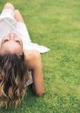 Junge Dame, die auf dem frischen Rasen stillsteht Stockfotografie