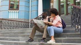 Junge Dame, die auf die Karte sucht Richtung mit Freund, Paarreisen zeigt stock footage