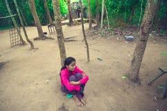 Junge Dame, die aus den Grund innerhalb des Ta-Som sitzt Lizenzfreie Stockfotografie