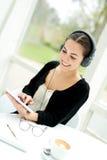 Junge Dame, die eine Melodie von ihrer Musikbibliothek vorwählt Lizenzfreies Stockfoto