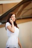 Junge Dame, die am Handy spricht Lizenzfreies Stockfoto