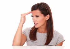Junge Dame, die mit Kopfschmerzen krank schaut Lizenzfreie Stockbilder