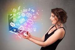 Junge Dame, die Notizbuch mit bunte Hand gezeichneten Multimedia hält Stockfotografie