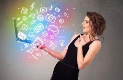 Junge Dame, die Notizbuch mit bunte Hand gezeichneten Multimedia hält Stockfotos