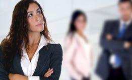 Junge Dame, die oben mit Leuten im backgroun schaut Lizenzfreies Stockfoto