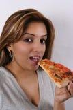 Junge Dame, die Pizza isst Lizenzfreie Stockfotos
