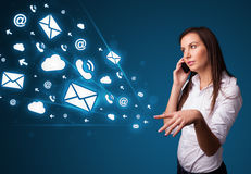 Junge Dame, die Telefonaufruf mit Meldungsikonen macht Lizenzfreie Stockbilder
