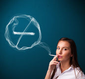 Junge Dame, die ungesunde Zigarette mit Nichtraucherzeichen raucht Lizenzfreies Stockfoto