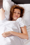 Junge Dame im Bett Stockfotografie