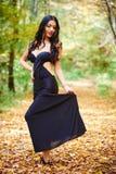 Junge Dame im schwarzen Kleid im Freien Stockfotografie