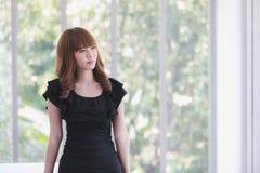 Junge Dame im schwarzen Kleid lizenzfreies stockfoto