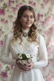 Junge Dame im weißen Weinlesekleid Stockfotos